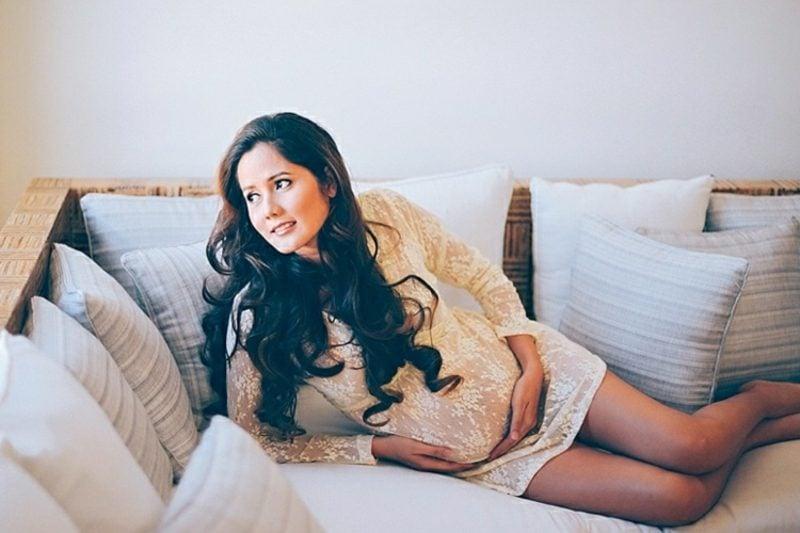 Schwangerschaftsfotos aufnehmen Sofa stilvoll