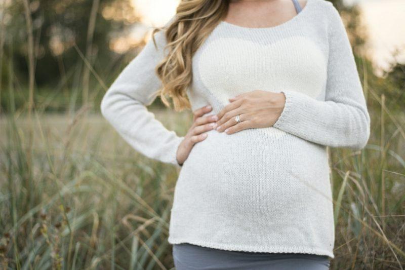 Schwangerschaftsfotos aufnehmen Babybauch im Mittelpunkt