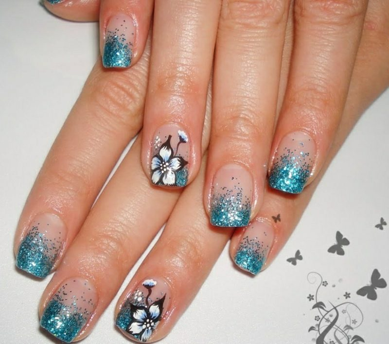 Gelnägel mit Glitzer Blau Blumenmuster