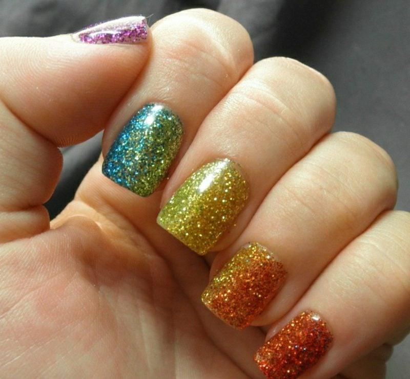 Gelnägel mit Glitzer Regenbogenfarben