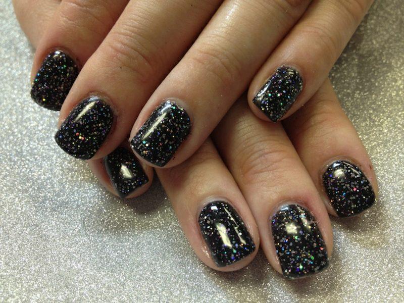 Gelnägel mit Glitzer schwarz golden stilvoll