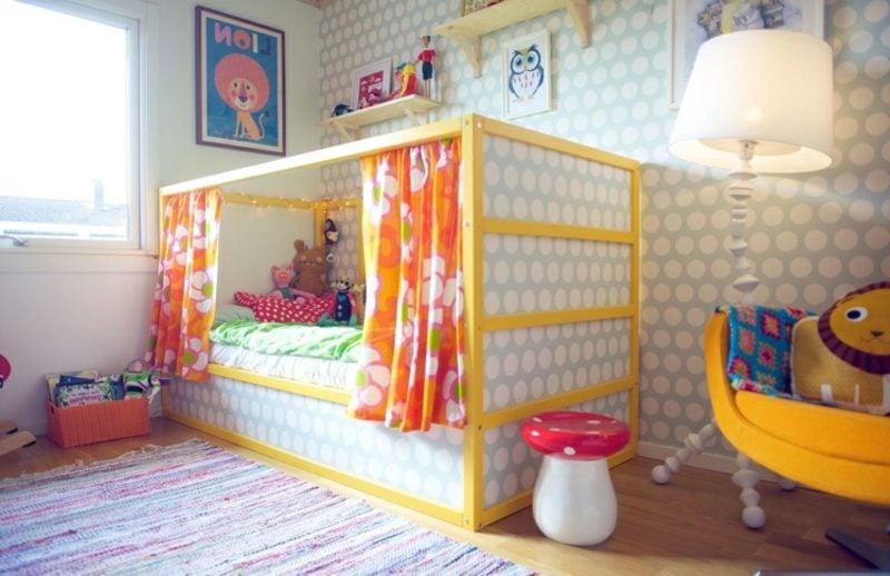 IKEA Kinderbett mit bunten Gardinen