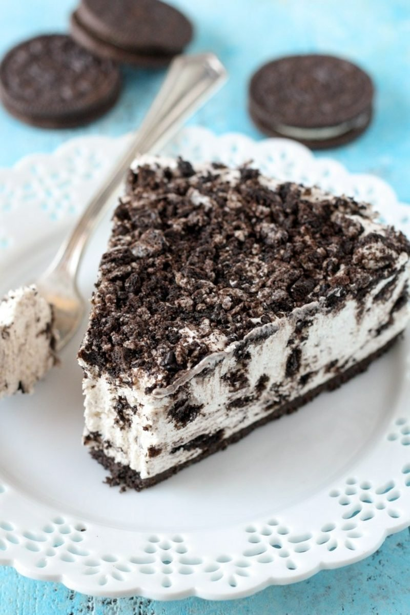 Oreo Kuchen garniert mit zerkleinerten Oreo Keksen