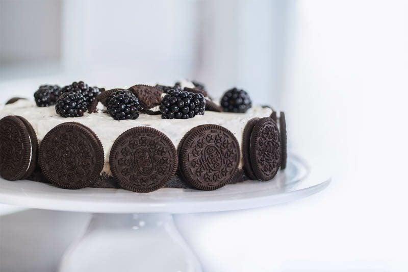 Oreo Kuchen mit frischen Beeren Servierungsvorschlag