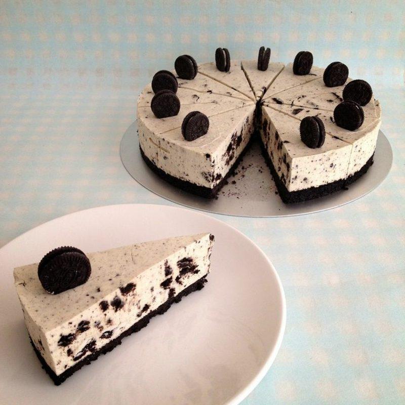 Oreo Kuchen mit ganzen Keksen garnieren