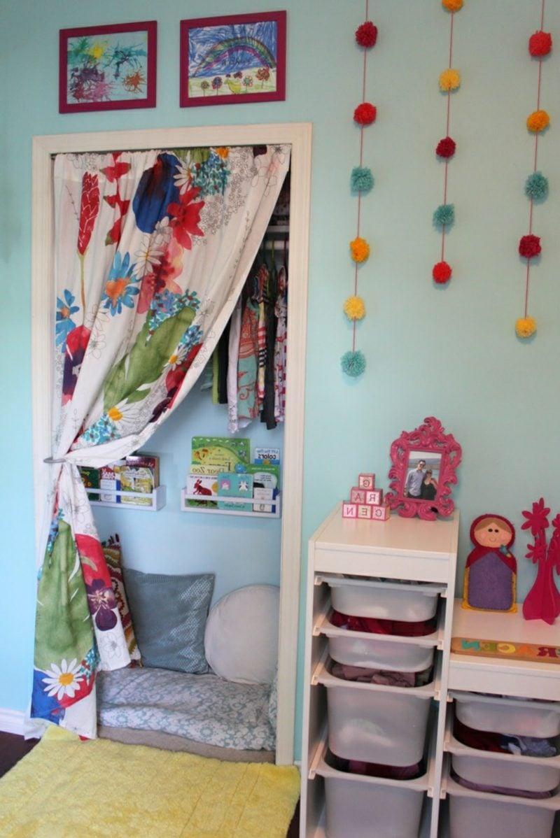 Kuschelecke Kinderzimmer klein Wandschrank umgestalten