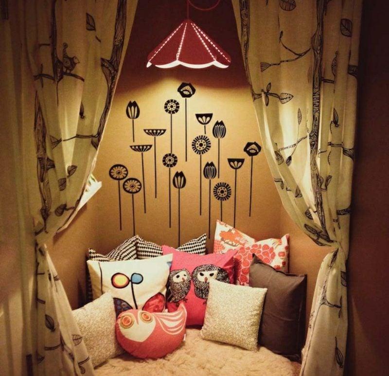 Kuschelecke Kinderzimmer zum Lesen Lampe Wandtattoo Gardinen Dekokissen