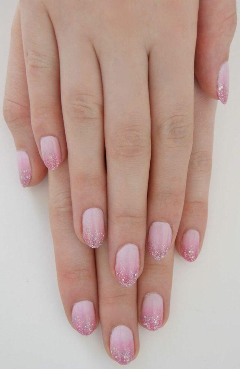 rosa Nägel Glitzerlack Fingerspitzen