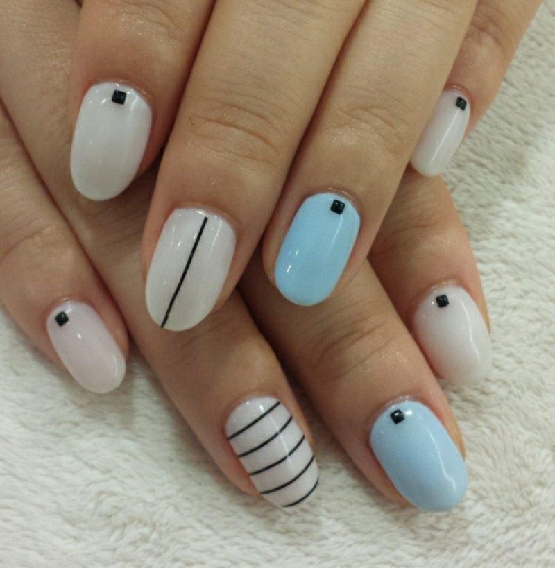 Nageldesign schlicht geometrisch Akzentfinger blau