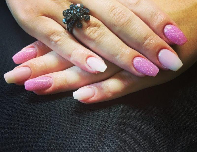 Nageldesign schlicht rosa Glitzerlack