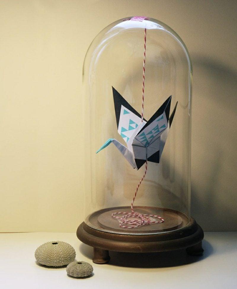 Bastelideen für Erwachsene Origami Kranich unter Glasglocke