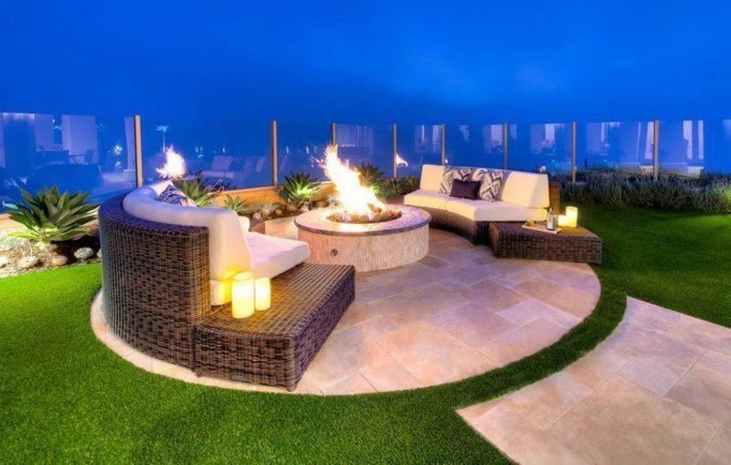 rundes Sofa Aussenbereich Sitzecke mit Feuerstelle