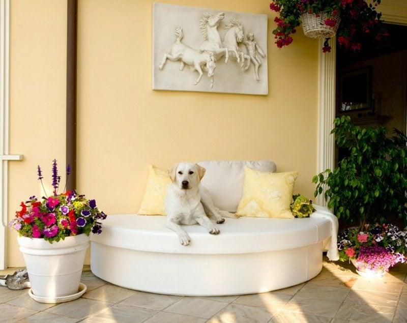 rundes Sofa Terrasse weiss stilvoll