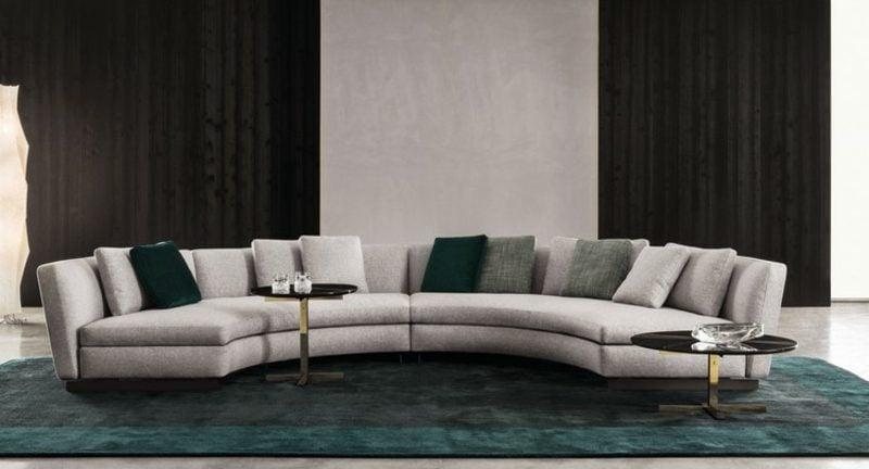 rundes Sofa hellgrau Teppich dunkelgrün