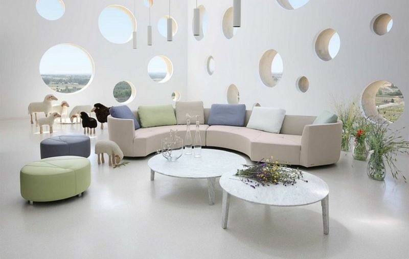 rundes Sofa weiss bunte Kissen super modernes Wohnzimmer