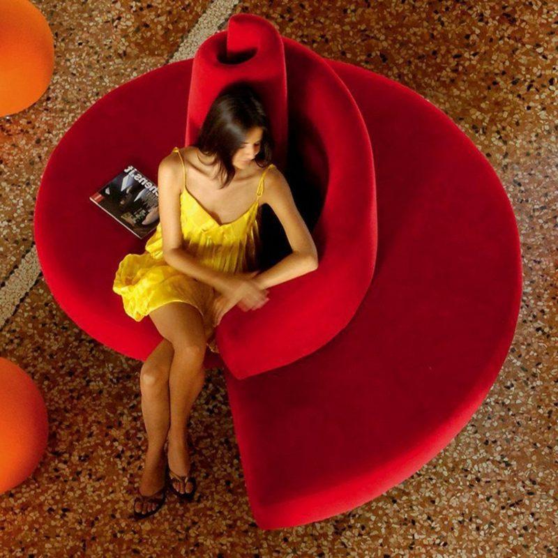 rundes Sofa mit Rückenlehne rot
