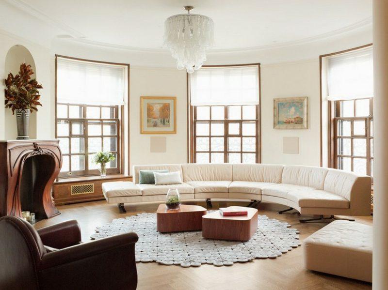 rundes Sofa Wohnzimmer stilvoll Kronleuchter