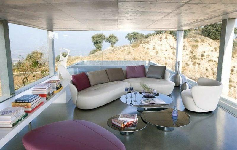 rundes Sofa weiss bunte Kissen Wohnzimmer grosse Fenster