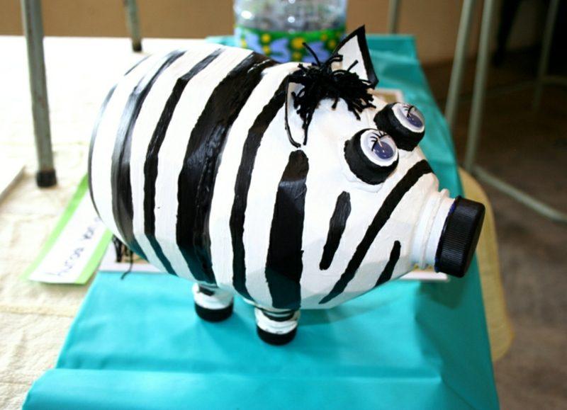 Spardose basteln leere PET Flasche Zebra