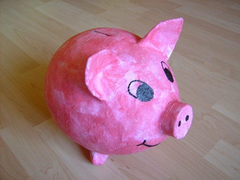 Spardose basteln tolles Sparschweinchen aus Pappmache