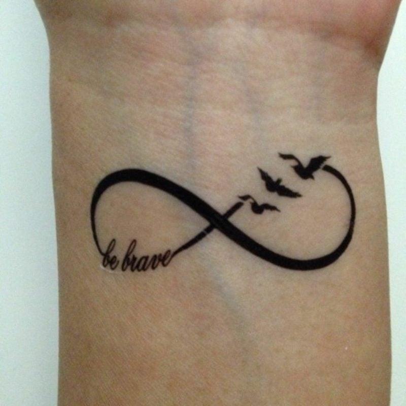 Tattoo Unendlichkeitszeichen am Handgelenk herrlicher Look