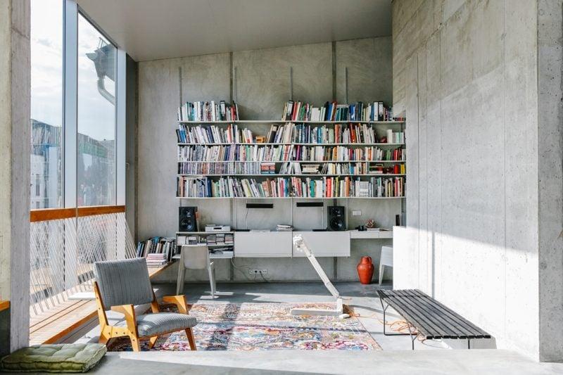 Betonwand Homeoffice Bücherregale