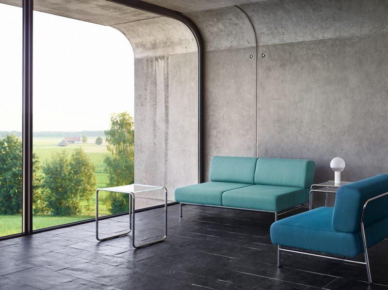 Betonwand Wohnzimmer minimalistisch grosse Fenster vom Dach bus zum Boden
