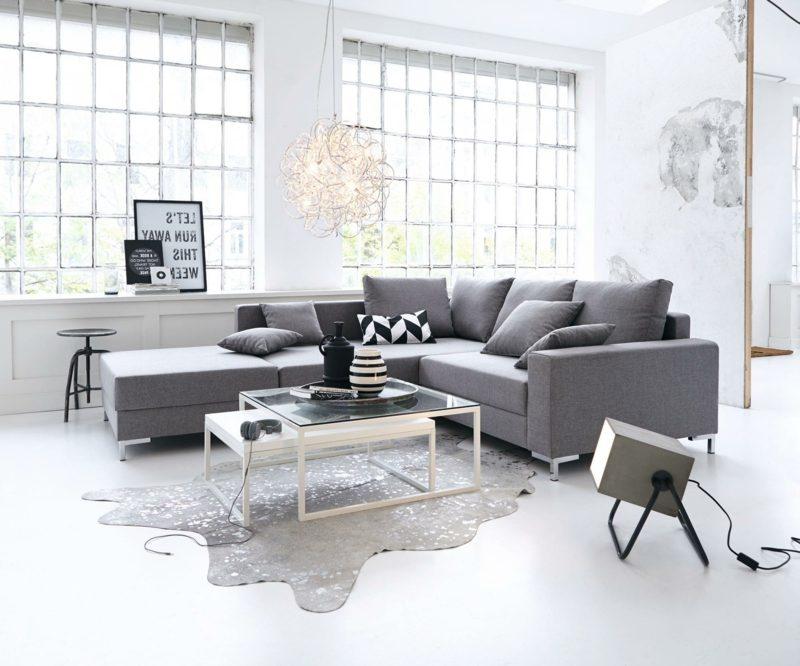 weiβes Wohnzimmer graues Sofa bequem