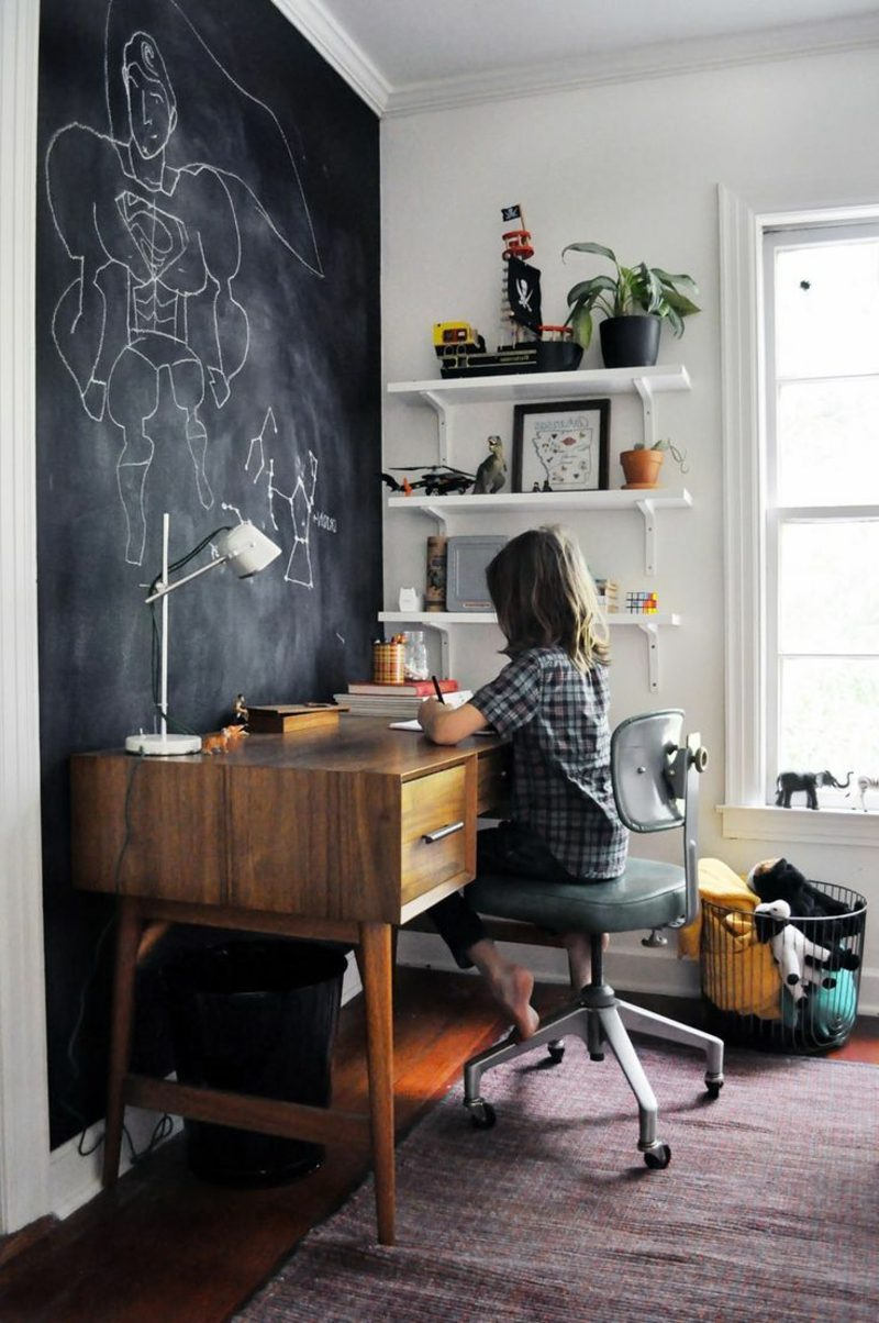 Teenager Zimmer einrichten Schreibtisch schwarze Tafel