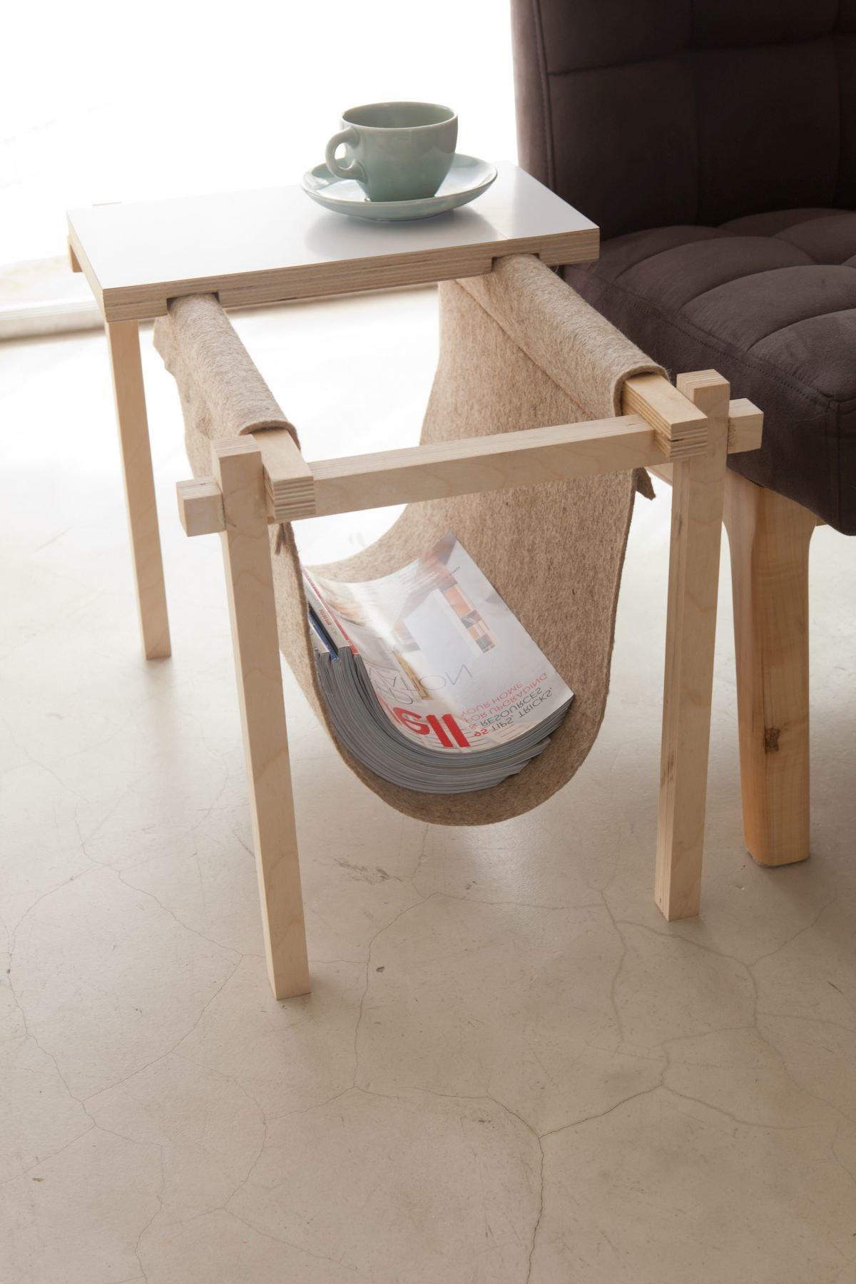 Zeitungsständer mit Tisch im Wohnzimmer