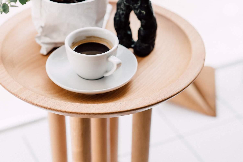 Der Beistelltisch mit Zeitungsständer aus Holz lädt Ihnen Kaffee zu trinken