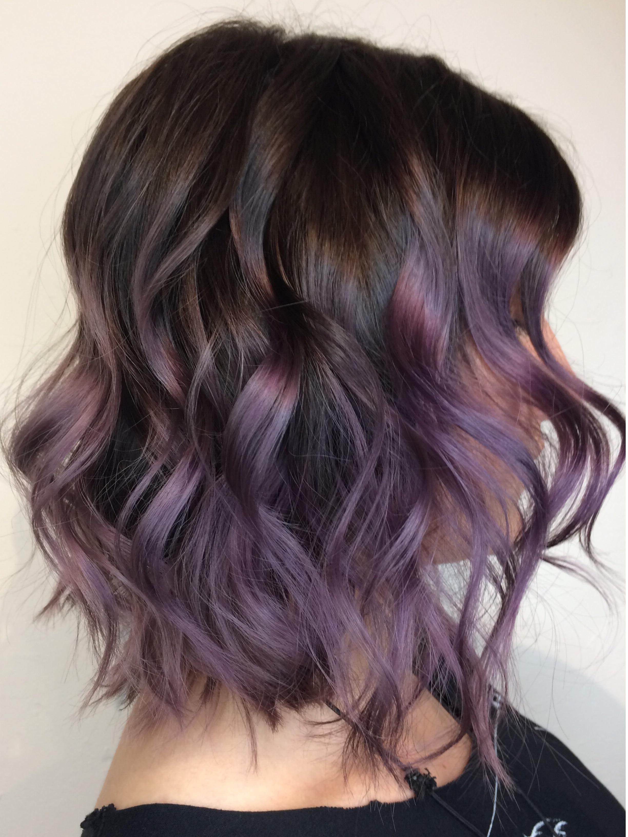 Braune Haare färben - Verspielen Sie Ihren Look mit einigen violetten Strähnen im Haar