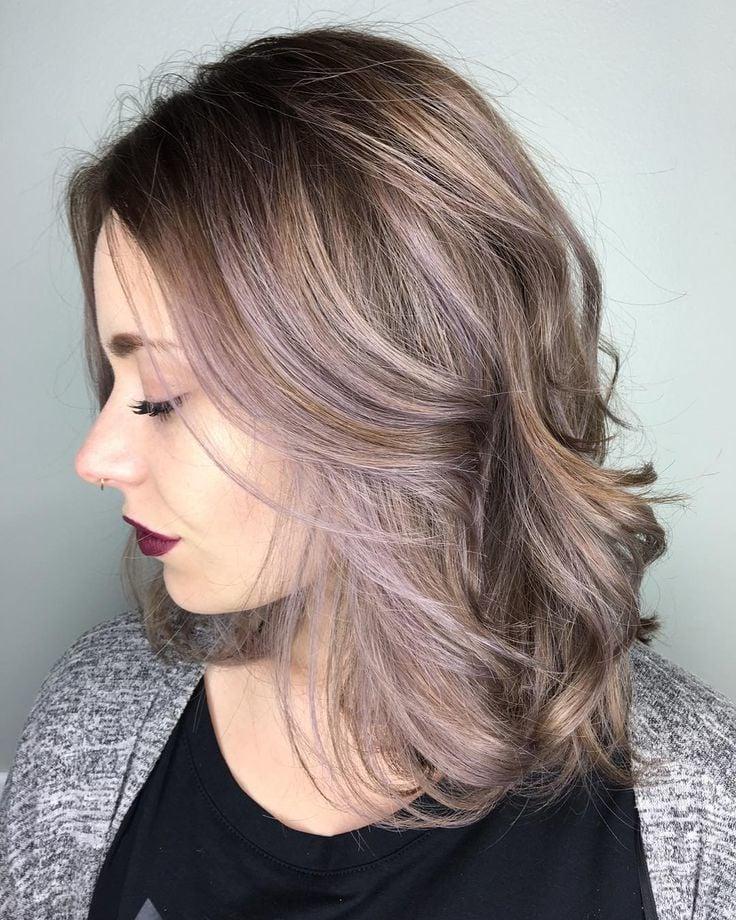 Peppen Sie Ihre braunen Haare mit einer feminin metallischen Note auf