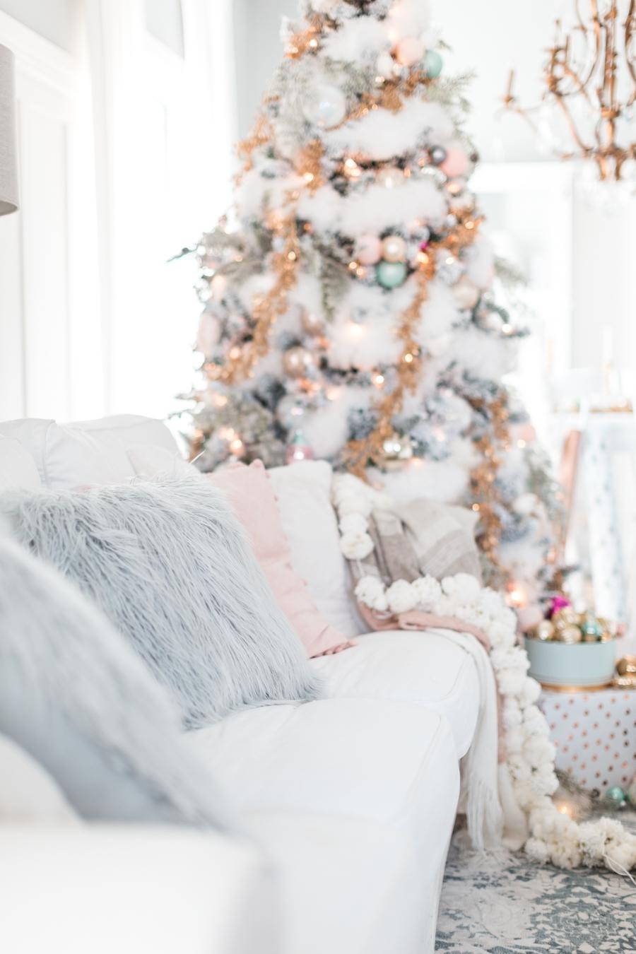 Weiße Deko Weihnachten: Dieses Sofa lädt Ihnen zum Kuscheln ein!