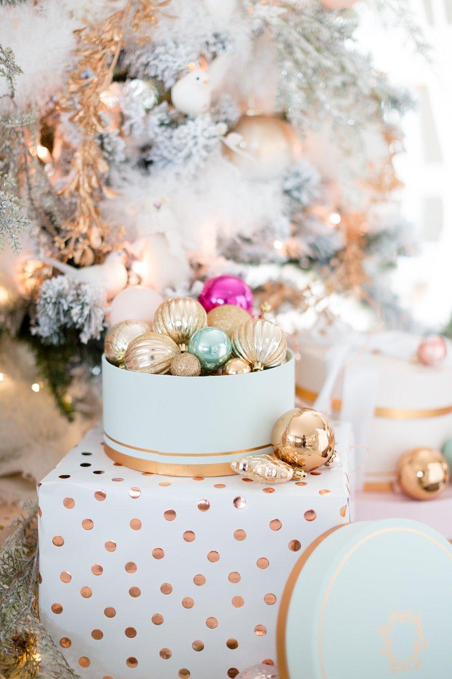 Weihnachtsdeko im Form von Faux - Geschenken