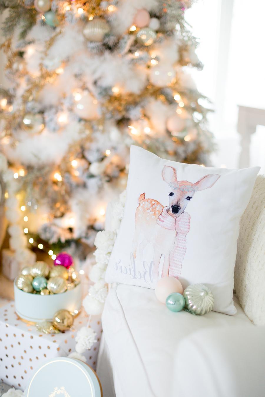 Weiße Deko Weihnachten: Textile Weihnachtselemente für einen gemütlichen Eigenheim
