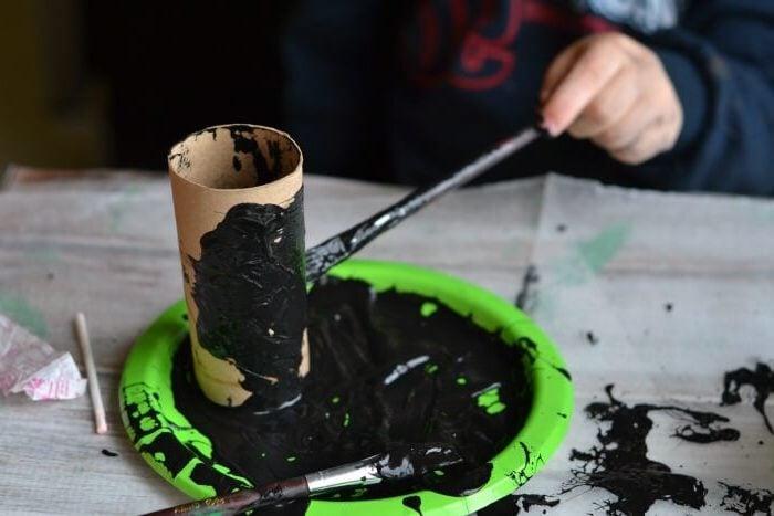 Halloween Basteln mit Kindern: Mumie aus Toilettenpapierrollen selber machen