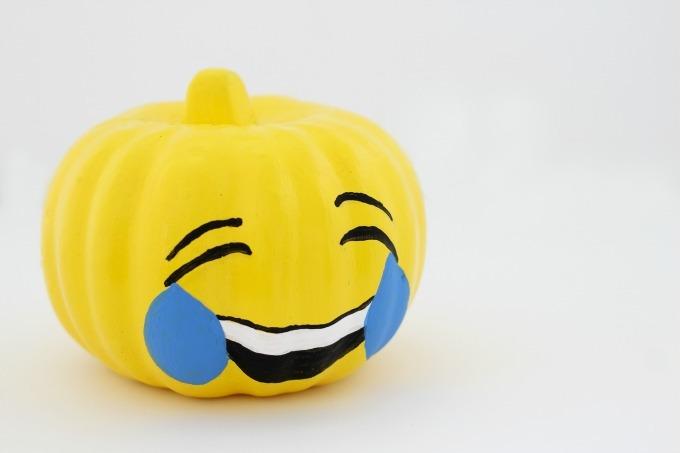 DIY Emoji Halloween Kürbis Gesicht malen
