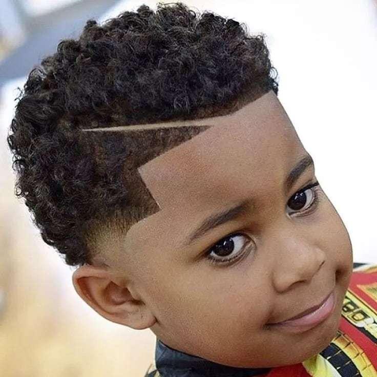 Coole Frisuren für Jungen mit lockigen Haaren