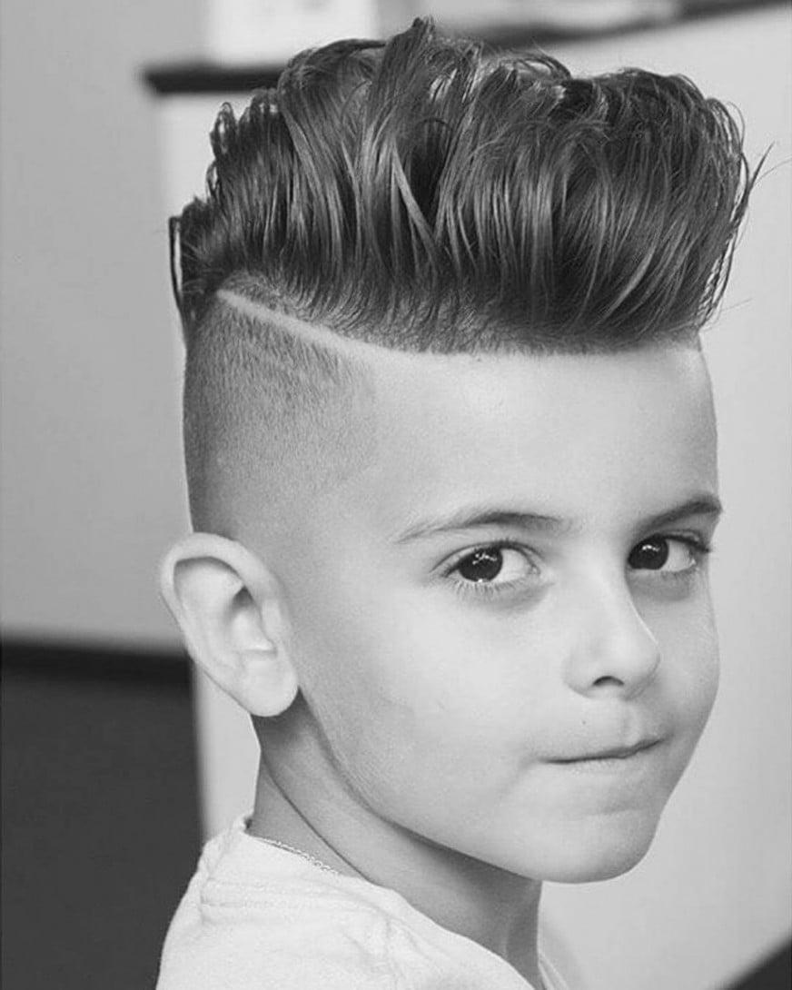 Modernen Jungen Haarschnitt für lange Haare