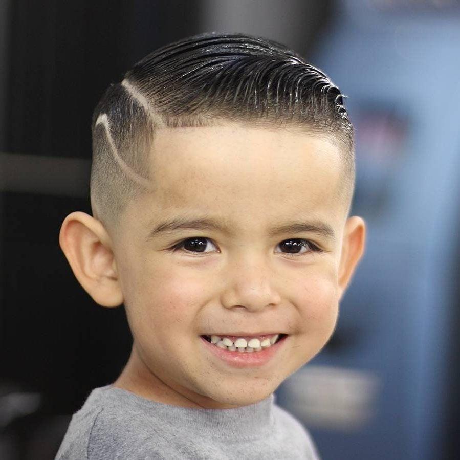 Schöne Jungs Frisuren mit Muster geschnitten