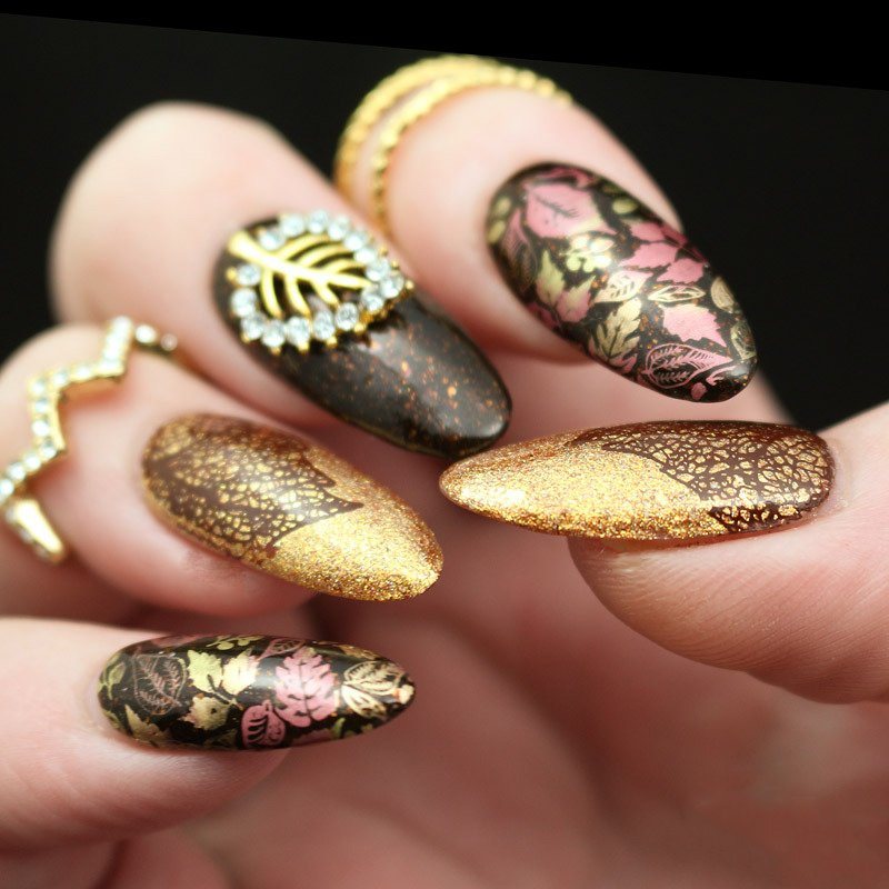 Gelnägel Glitzerverlauf und Blätterornamente im Gold