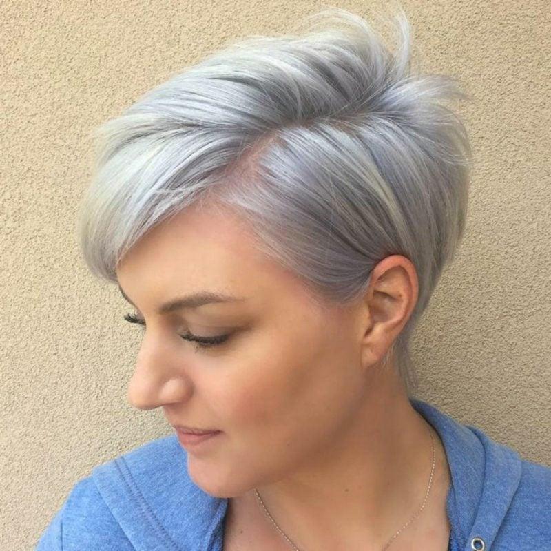 Haarfarbe Silberblond moderne kurze Frisur Seitenscheitel