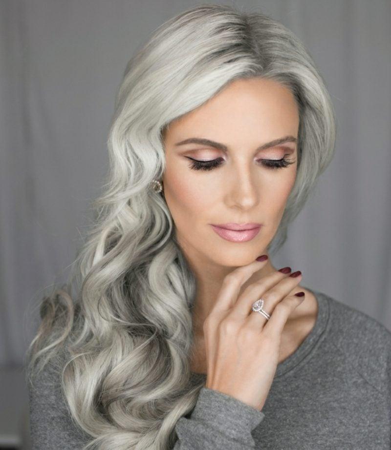 Haarfarbe Silberblond Grauansatz modern welliges Haar