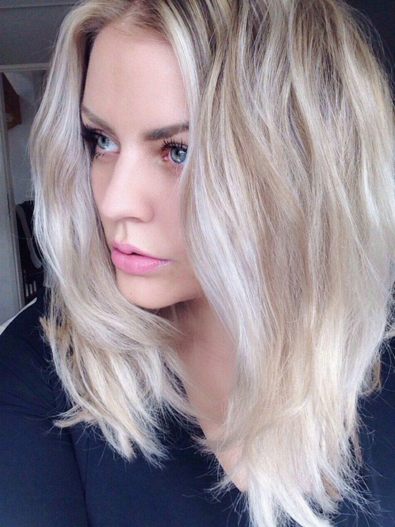 Haarfarbe Silberblond mittellange Haare Mittelscheitel