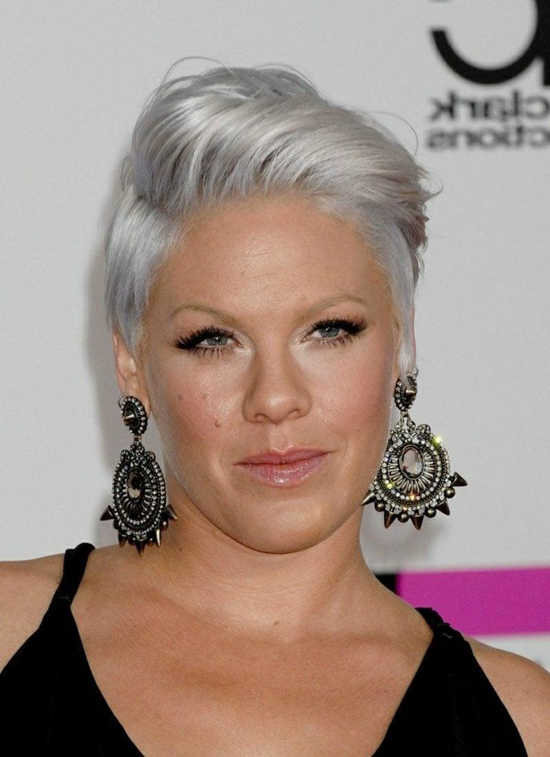 Haarfarbe Silberblond moderne Kurzhaarfrisur Pink