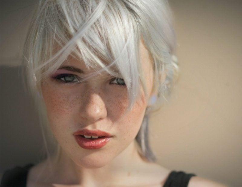 Haarfarbe Silberblond zerzauste Frisur mit Pony kurze Haare