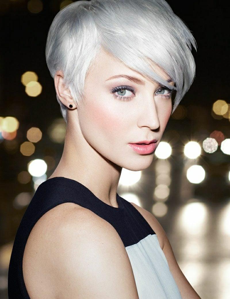 Haarfarbe Silberblond blasser Hautton blaue Augen