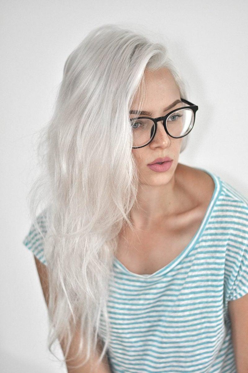 Haarfarbe Silberblond lange Frisur Brillen