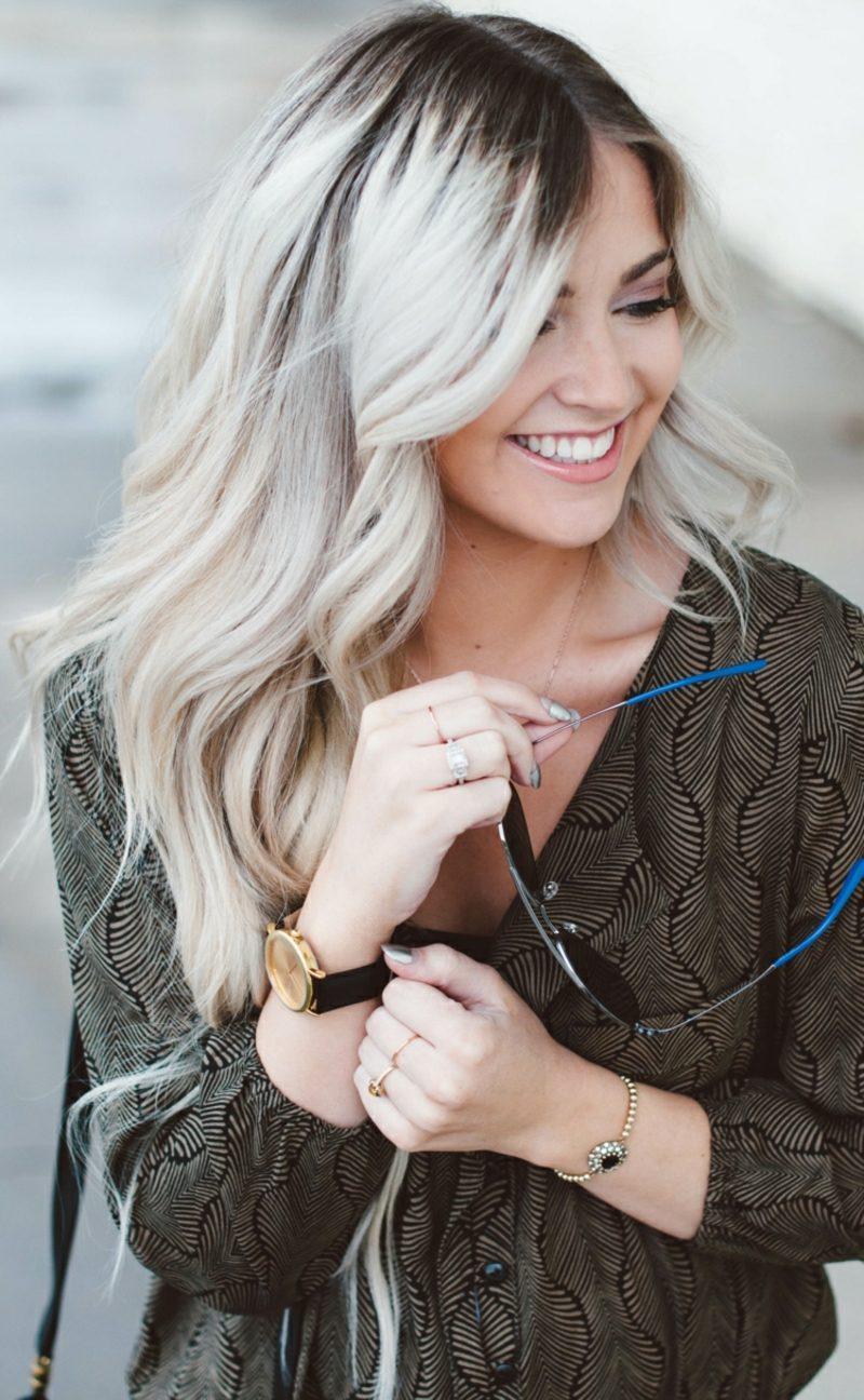 Haarfarbe Silberblond langes Haar leicht wellig